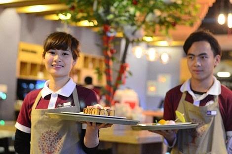 nhân viên bưng trà trong quán cafe